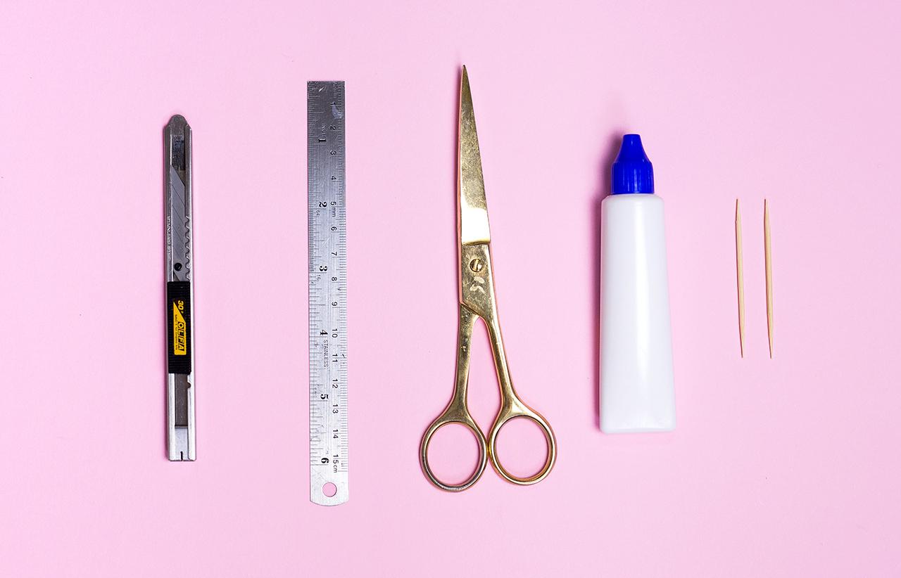 סיקור ציוד שוטף ליצירה – דבקים, מספרים, סכיני חיתוך ועוד